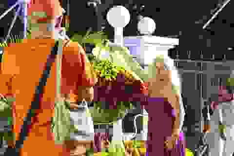 Du khách quốc tế hào hứng ra đường đón năm mới cùng người Việt
