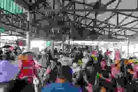 """Hàng ngàn du khách đổ về khiến bến tàu du lịch Nha Trang """"quá tải"""""""