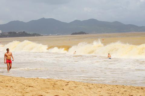 """Nha Trang: Sóng lớn 2-3m, du khách vẫn """"vô tư' tắm biển"""