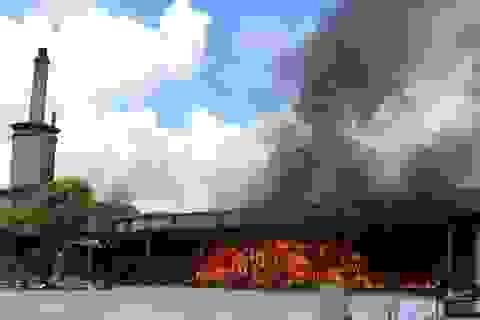 Cháy ngùn ngụt trong nhà máy xử lý rác thải