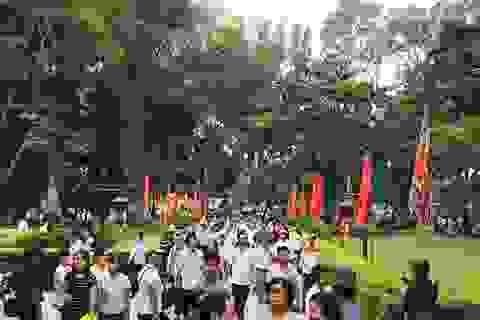 Dòng người nườm nượp hướng về lễ hội Lam Kinh 2016
