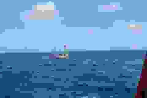 Cứu 5 thuyền viên trên con tàu gặp nạn ngoài biển