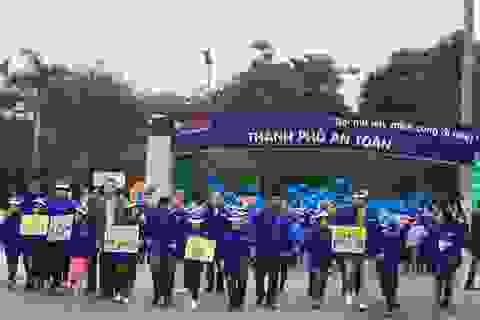 Trao tặng gần 11.000 mũ bảo hiểm cho học sinh tiểu học