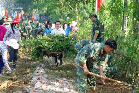 Gần 100 chiến sĩ bộ đội giúp dân chuẩn bị đón giáng sinh