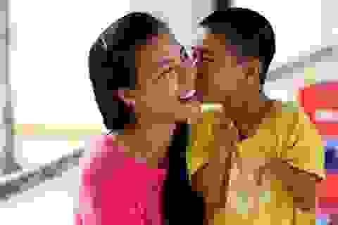 Á hậu Hoàng Oanh cảm động cậu bé khuyết tật nhảy Gangnam Style