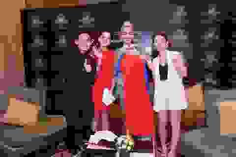 Chi Pu tặng áo dài nữ ca sĩ hàng đầu Anh Quốc