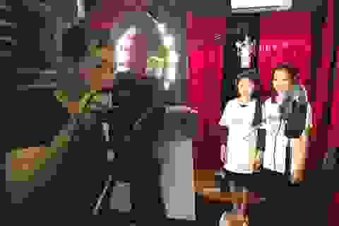 Vợ Trần Lập nắm chặt tay con gái thu âm ca khúc của chồng