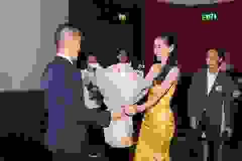 Công Vinh tặng hoa, nắm chặt tay chúc mừng Thủy Tiên