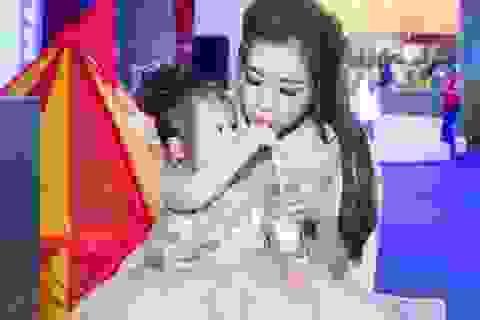 """Elly Trần: """"Bà mẹ bỉm sữa không có nghĩa phải hi sinh nhan sắc"""""""