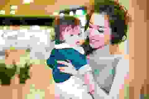 Ngất ngây loạt khoảnh khắc dễ thương của con trai Elly Trần