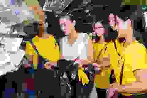 Ca sĩ Thu Minh cùng các fan xắn tay dọn rác ở bãi biển