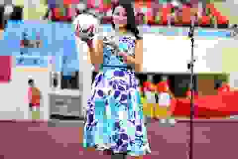Diễn viên Lương Giang rạng rỡ bên dàn cầu thủ cúp Báo chí
