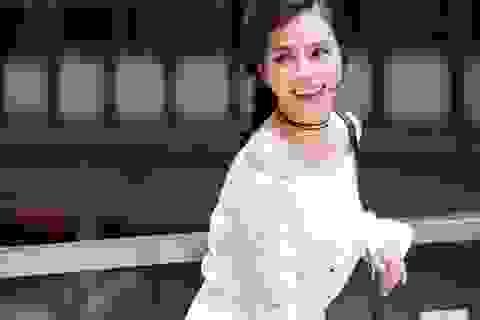 """Vũ Ngọc Ánh """"Kính vạn hoa"""" gợi ý style váy trễ vai xuống phố"""