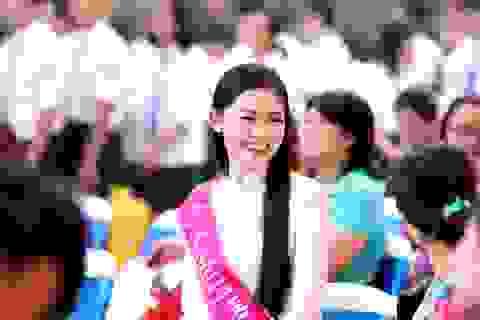 Á hậu Thanh Tú rạng ngời về thăm trường ngày khai giảng