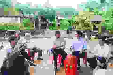 """Á hậu Thanh Tú khám phá """"làng vĩ cầm"""" duy nhất tại Việt Nam"""