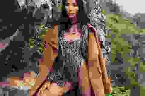 """Hoàng Thuỳ """"hoang dại"""" giữa núi đá cheo leo với bodysuits quyến rũ"""