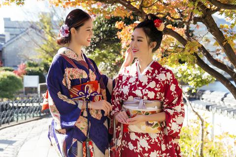 Hoa hậu Mỹ Linh, Á hậu Thanh Tú nắm tay thăm thú Nagasaki - Nhật Bản