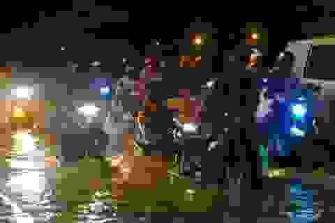 """Đường thành """"sông"""" sau mưa lớn, giao thông kẹt cứng"""