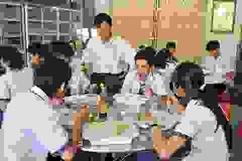Giáo viên về hưu lập bếp ăn, giúp học trò nghèo no bụng