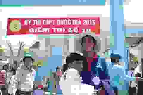 Cảm động thí sinh đi thi trên đôi tay của cha và thanh niên tình nguyện
