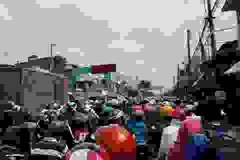 Hàng ngàn người chôn chân ở bến phà Vàm Cống