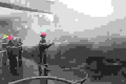 Cháy hàng ngàn lốp xe ôtô, khói đen bốc lên nghi ngút