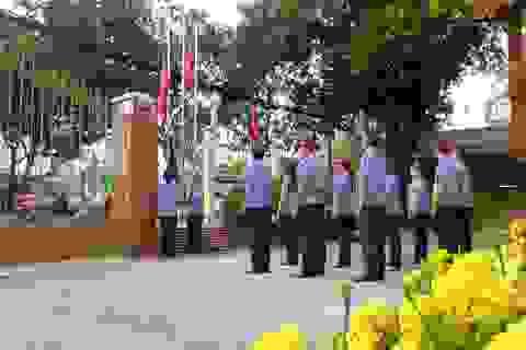 Cơ quan nhà nước nghiêm trang chào cờ, doanh nghiệp tưng bừng khai trương