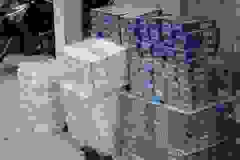 Thấy công an, dân buôn bỏ 3.750 gói thuốc lá lậu chạy thoát thân