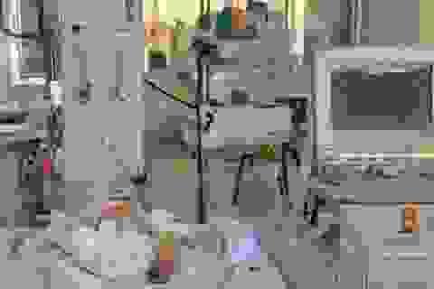 Thai nhi bị xe cán văng khỏi bụng mẹ phải thở máy trở lại