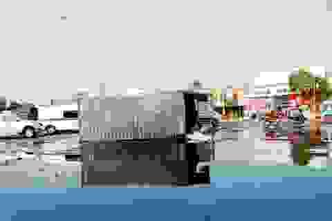 Container rơi xuống đường, hàng nghìn lít dầu điều tràn lênh láng