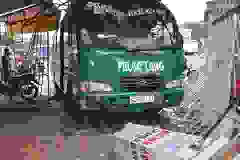Xe khách tông đổ cổng nhà dân, đè bẹp 2 xe máy