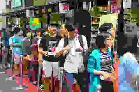 Bạn trẻ nối đuôi nhau xin chữ ký nhà văn Nguyễn Nhật Ánh