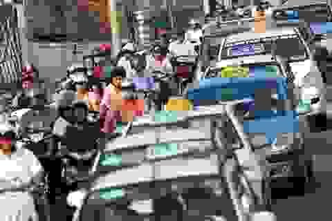 """Bộ Tài chính """"thúc"""" giảm giá cước vận tải ô tô"""
