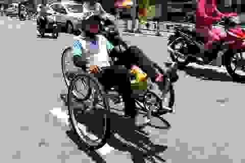 Ngộ nghĩnh xe đạp nằm tự chế trên đường phố Sài Gòn