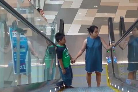 Cẩn thận khi trẻ đi thang cuốn