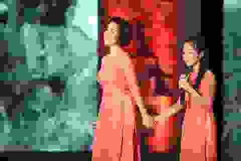 Diva Mỹ Linh và con gái hát mừng Giáng sinh – Năm mới