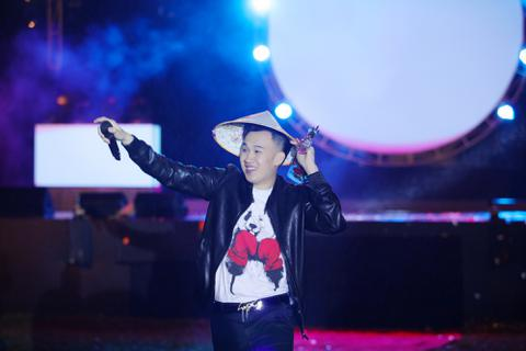 Bảo Anh, Dương Triệu Vũ dầm mưa lạnh hát phục vụ công nhân