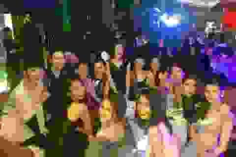 Sao Việt đón năm mới: người ấm áp, kẻ tất bật chạy show