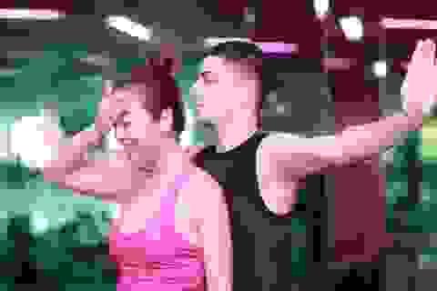 Jennifer Phạm chịu đau để hoà quyện với bạn nhảy