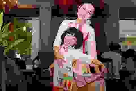 Mẹ con Thái Thuỳ Linh diện áo dài đôi nhắng nhít sau hậu trường