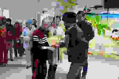 Trần Lập nhờ người thân dìu đi trong trời rét 6 độ đến tặng quà cho 10 bệnh nhi
