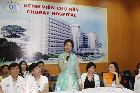 """Sao """"Cô dâu 8 tuổi"""" trao quà và hát tặng các bệnh nhân nhí"""