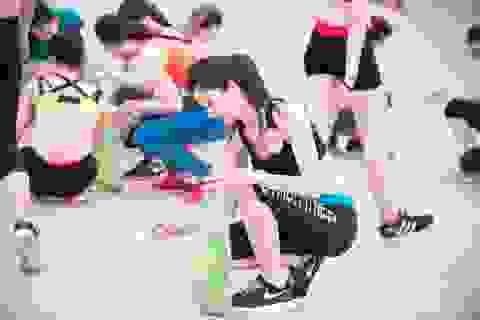 32 người đẹp Hoa hậu Việt Nam dọn rác trên biển Tuần Châu