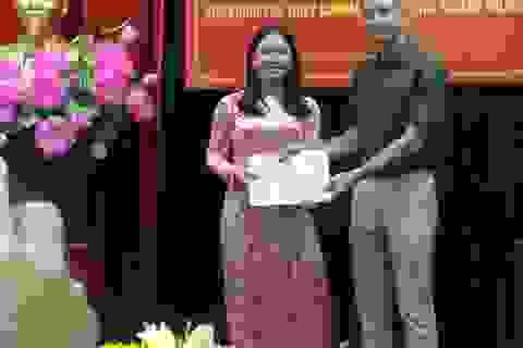 Cựu binh Mỹ tặng hiện vật chiến tranh cho di tích Hoả Lò
