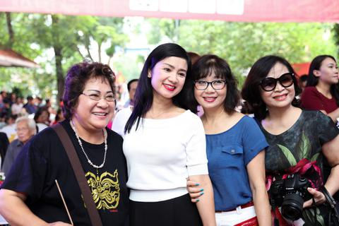 """Nhiều nghệ sĩ """"gạo cội"""" của màn ảnh Việt tề tựu trong ngày giỗ Tổ sân khấu"""