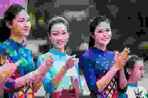 Ngọc Hân, Mỹ Linh, Thanh Tú mặc áo dài nhảy flashmob ở Hồ Gươm
