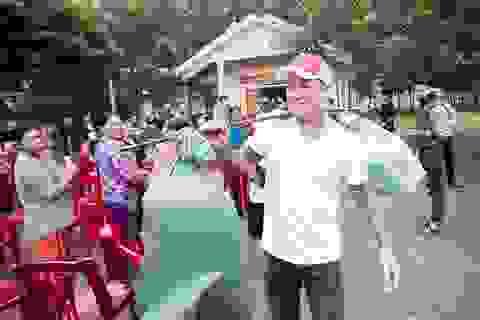 Tuấn Hưng tặng lợn rừng cho bà con Quảng Bình bị lũ