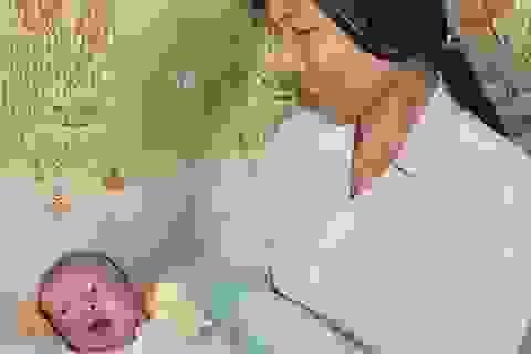 Bị mẹ bỏ rơi, bé 3 ngày tuổi được đôi vợ chồng nghèo bệnh tật nuôi nấng