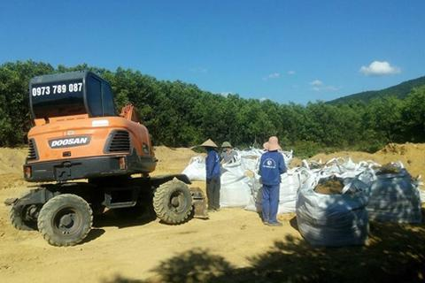 Đã cất bốc, di dời gần 300 tấn chất thải Formosa chôn lấp trái phép