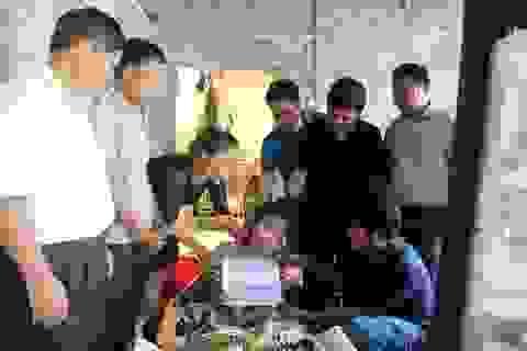 Trao hơn 300 triệu đồng tới cô bé học giỏi phải nghỉ học vì không có tiền chữa trị chân